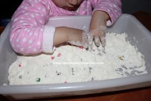jugando con harina bandeja sensorial