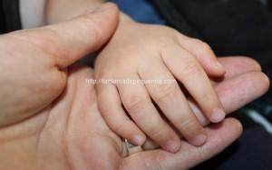 Cortar las uñas a un bebé