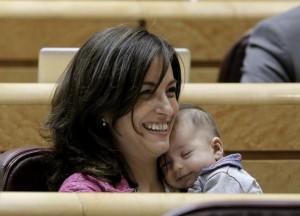 Pineda con su bebé en el Congreso. Foto tomada de www.elperiodico.com