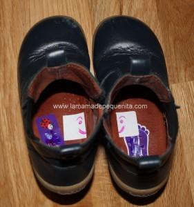 colocar zapatos en su pie