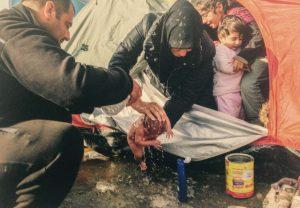 El primer baño de un bebé Sirio. Iker Pastor. Idomeni Grecia. Marzo, 2016